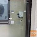 Steklena kaljena vrata z mehanizmom za poslovne prostore